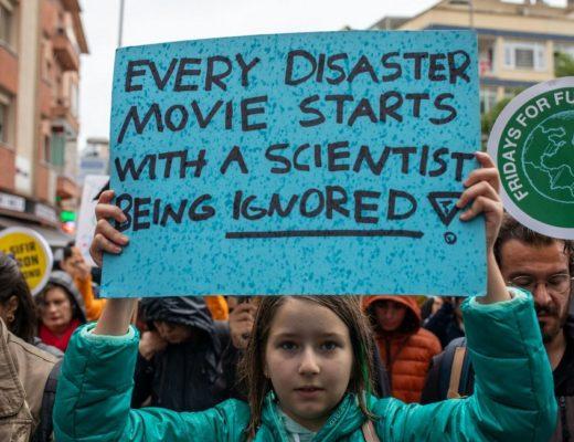 Τα καλύτερα πανό στις πορείες για την κλιματική αλλαγή ανά τον κόσμο