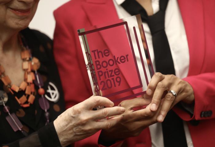 H Margaret Atwood και η Bernardin Evaristo μοιράζονται το βραβείο Booker