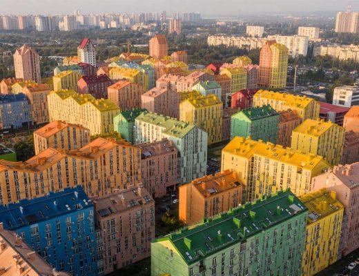 Ένα σύγχρονο συγκρότημα κατοικιών στην Ουκρανία, ονομαζόμενο Comfort Town, μας συστήνει ένα νέο σύστημα διαβίωσης, με το χρώμα να παίζει κυρίαρχο ρόλο.