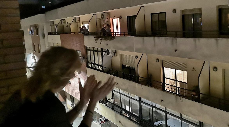Απόψε στις 21.00 ενθαρρύνουμε γιατρούς και νοσηλευτές χειροκροτώντας από τα μπαλκόνια