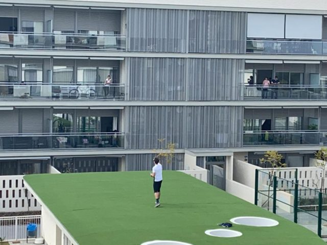 Στην Ισπανία ένας personal trainer γυμνάζει τον κόσμο από τα μπαλκόνια τους
