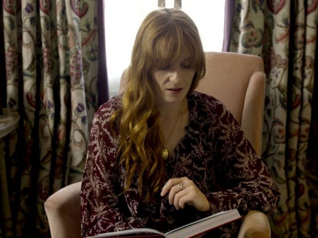 To βιβλίο της Florence Welch, Useless Magic επανακυκλοφορεί με έξτρα κεφάλαια και αστερόσκονη