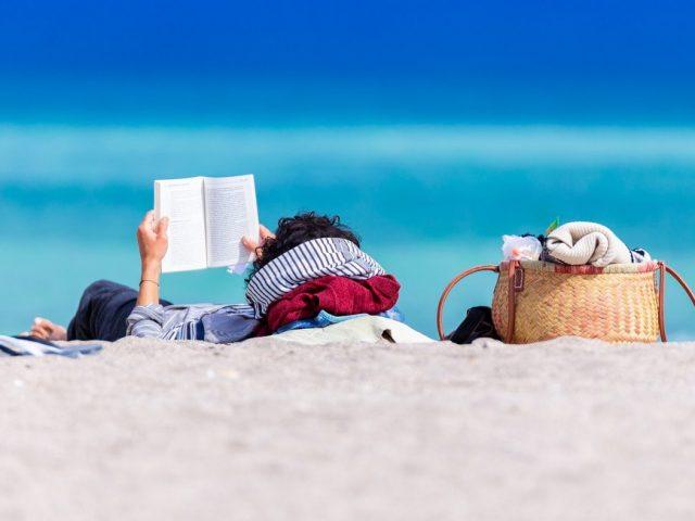5 βιβλία ποίησης για να πάρεις μαζί σου στην παραλία