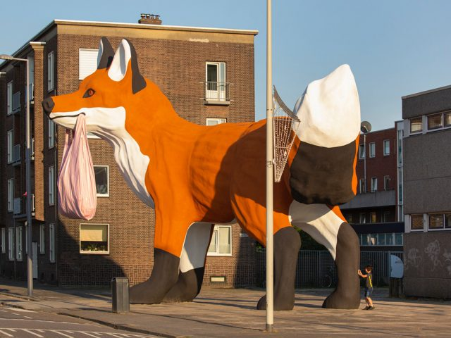 H τεράστια αλεπού στις γκρίζες περιοχές του Ρότερνταμ και ο ιδιαίτερος συμβολισμός της