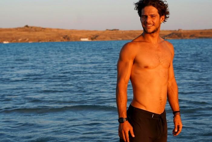 Ένας surfer από τη Θεσσαλονίκη και τα αγαπημένα του κύματα στον κόσμο